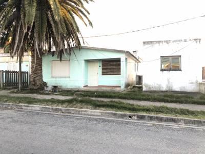 Muy linda casita de 2 dormitorios, con posibilidad de  otro apartamento, entrada de coche y o garage