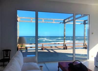 Fabulosa casa sobre el mar. Diseño del Arq. Pachi Firpo, 615m2 construidos en 1022m2 de terreno. Ambientes de techos altos, amplios ventanales al mar y jardín privado. Cuenta con 4 dormitorios en suite, gran recepción con vista al mar, pileta y área de servicio. Parrillero, cochera para 2 autos.