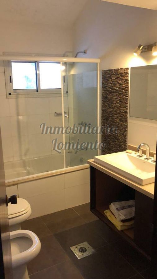 Casa ID.600 - Alquiler anual / venta casa 4 dormitorios y 3 baños, zona colegios