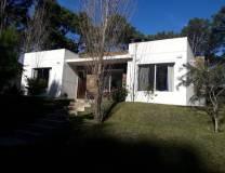 Casa en Club del Lago  de 3 Dormitorios, 2 Baños, 1 Suite, Living comedor, Cocina, Lavadero, Parrilla techada y Fondo cerrado. Consulte!!!!!