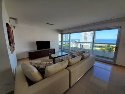 Excepcional departamento en venta en playa brava, en torre de categoría con amenities a pasos del mar.