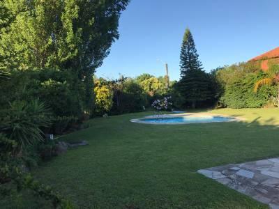 Casa a la venta en Pinares, 3 dormitorios, 2 baños (ppal en suite), living, comedor, cocina, dependencia de servicio con baño, piscina y garaje. 1000 metros de terreno y 270 metros construidos.