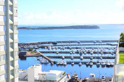 Vista al puerto, bahia y brava