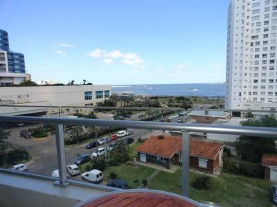 A pocos metros de la Playa Mansa, terraza. Edificio con buenos servicios