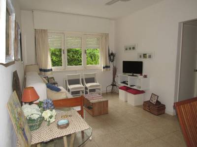 En zona residencial, apartamento con jardin