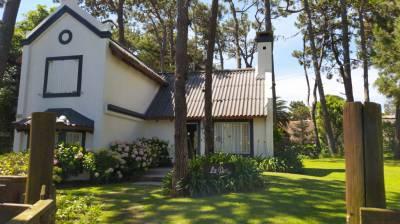 Amplio jardin con parrillero techado