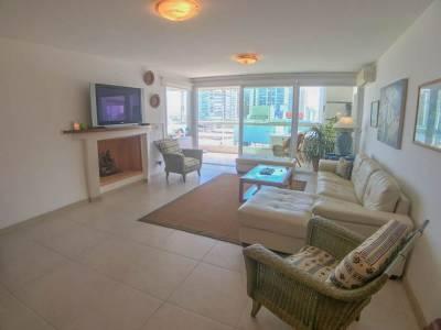 Apartamento con excelente nivel de construcción frente al mar!!