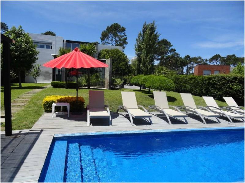 Casa ID.32908 - Playa Mansa, minimalista, a 3 cuadras del mar, pileta.