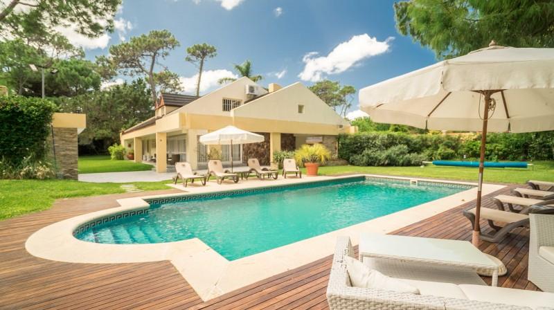 Casa ID.30186 - Playa Mansa, 5 dorm y dependencia, pileta climatizada