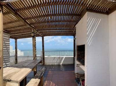 Con vista a Playa Brava, cómodo Pent house con terraza y parrillero en azotea