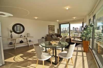 Apartamentos con ambientes blancos,amplia terraza a pasitos del mar