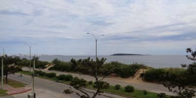 Espectacular apartamento a estrenar ubicado en la parada 20 de la playa mansa, en primera línea frente al mar.