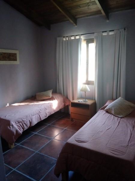 Casa ID.211963 - CASA A LA VENTA EN PARQUE BURNETT , LIVING COMEDOR CON ESTUFA A LEÑA, COCINA INDEPENDIENTE , PARRILLERO , COCHERA TECHADA