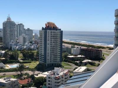 Apartamento en venta en Punta del Este, con espectacular vista a la mansa y brava