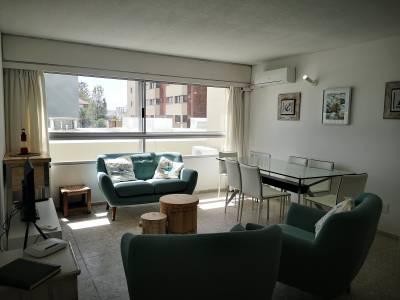 Venta y Alquiler de Apartamento en Punta del Este, muy bien ubicado con 3 dormitorios y servicios
