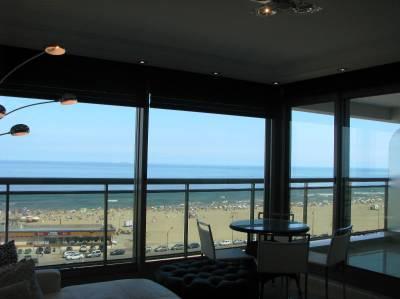 Apartamento en venta y alquiler  en Punta del Este, frente a playa Brava
