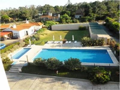 Apartamento en Venta en  Punta del Este, en Pinares, Edificio frente al mar
