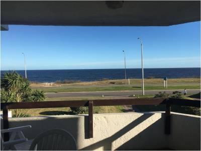 Venta de apartamento en Punta del Este, frente al mar, playa Mansa