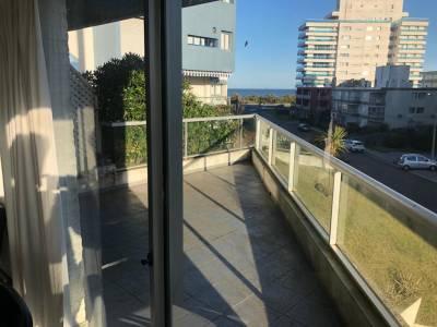 En venta Apartamento de 2 dormitorios en Punta del Este a pasitos de playa brava