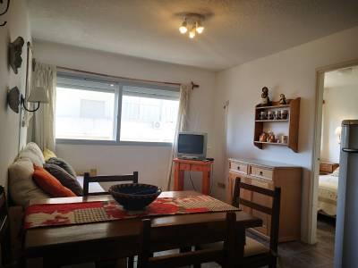Venta y Alquiler Apartamento en Punta del Este, Península, 1 dormitorio a 1 cuadra de la playa brava y mansa. A una cuadra de la terminal.