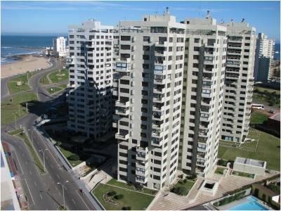 Venta de Apartamento en Punta del Este, Complejo frente al mar en la brava!! con todos los servicios.