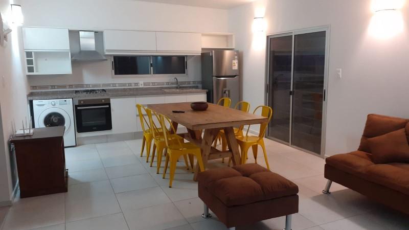 Casa 2 dormitorios a pasos de la Península y de la playa Mansa